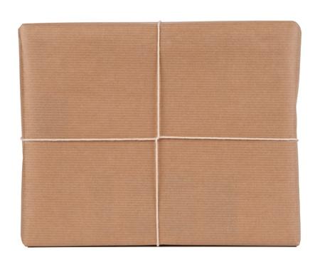 Paquet envelopp� de papier brun isol� sur blanc