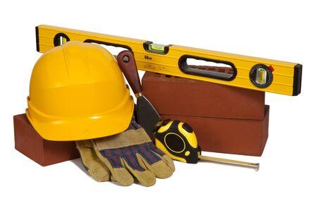 herramientas de construccion: Ladrillos y herramientas aisladas en blanco
