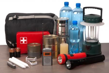 taschenlampe: Survival-Kit auf einem Holztisch