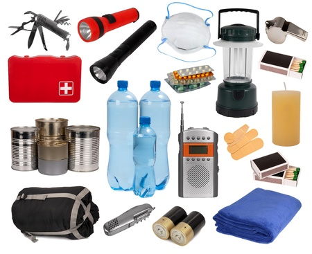 first aid kit: Objetos �tiles en una situaci�n de emergencia aislado en blanco