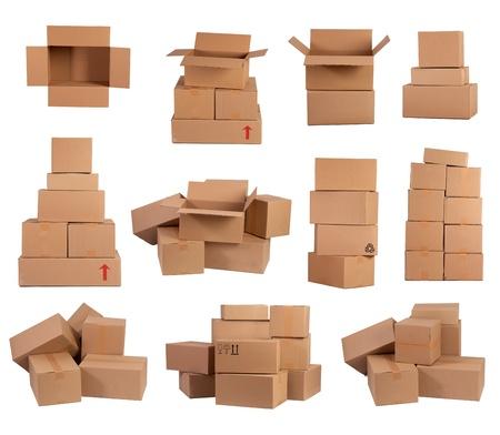 Stapels kartonnen dozen geà ¯ soleerd op wit Stockfoto