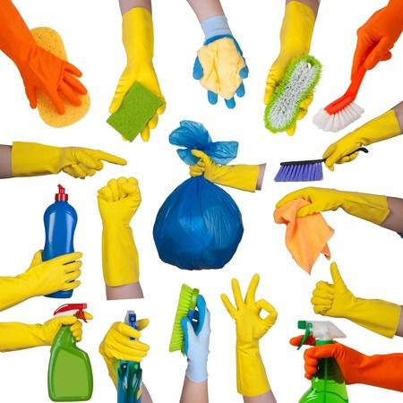 productos de limpieza: Las manos en los guantes de goma haciendo tareas dom�sticas aislado en fondo blanco