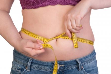pancia grassa: Donna che misura il suo grasso della pancia