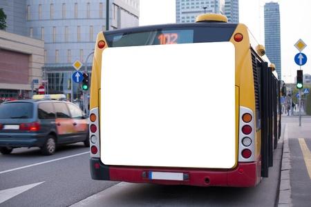 fermata bus: Cartellone bianco sul retro di un autobus Archivio Fotografico