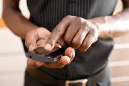 Homme utilisant le t�l�phone intelligent