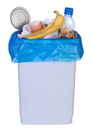 basura: Bin lleno de basura aislado en el fondo blanco