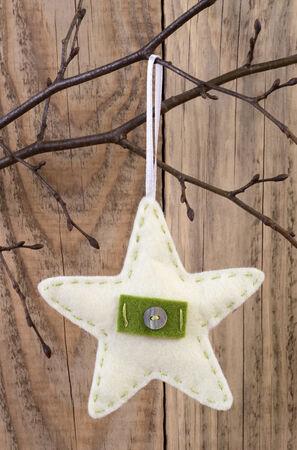 yıldız: Ahşap arka plan karşı Yıldızlı dekorasyon asılı