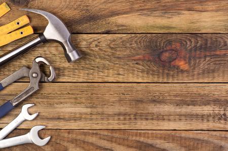 herramientas de construccion: Herramientas en el fondo de madera con espacio de copia Foto de archivo