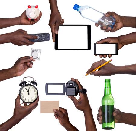 africanas: Mano que lleva a diversos objetos aislados sobre fondo blanco