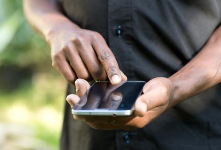 hombres negros: Hombre que usa el teléfono inteligente