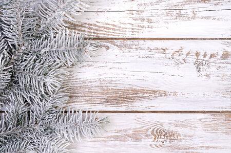 Decoración de Navidad con abetos, la nieve y el blanco, fondo de madera