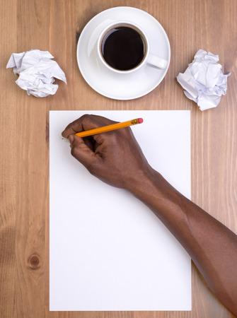 papier a lettre: Homme écrit sur un morceau de papier blanc