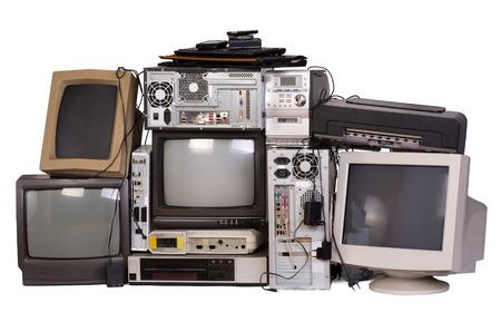 reciclar basura: Viejo, usado y equipo electrónico obsoleto aislado en blanco Foto de archivo