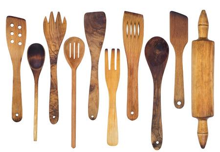 cucchiai di legno, spatole e un mattarello isolato su sfondo bianco