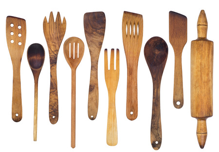 cocina antigua: cucharas de madera, espátulas y un rodillo aislados en fondo blanco Foto de archivo