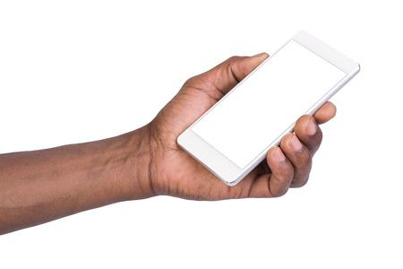 Hombre que sostiene el teléfono blanco móvil inteligente con pantalla en blanco. Aislado en blanco.
