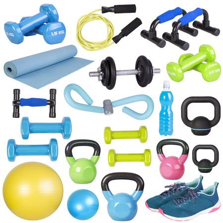 Fitness-Geräte auf weißem Hintergrund
