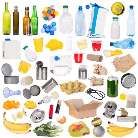 흰 배경에 고립 된 재활용 할 수있는 쓰레기의 샘플