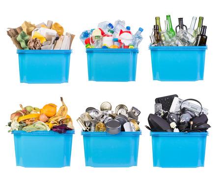 Recyclingbakken met papier, plastic, glas, metaal, organisch en elektronisch afval geïsoleerd op wit Stockfoto - 69066700