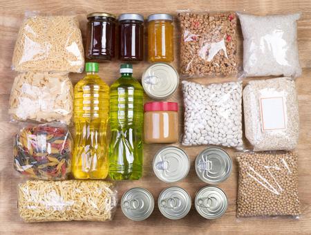 木製の背景、トップ ビューで食料の寄付 写真素材