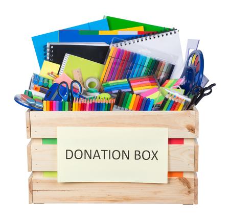Stationaire levert donaties doos geïsoleerd op een witte achtergrond