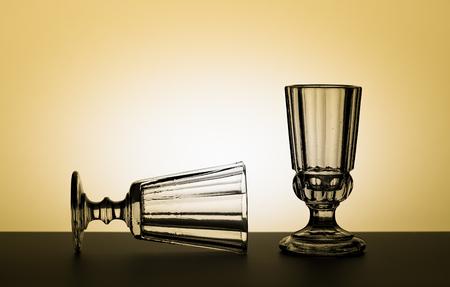 Vintage bril voor alcoholische dranken. Vintage samenstelling. Studiofotografie. Stockfoto