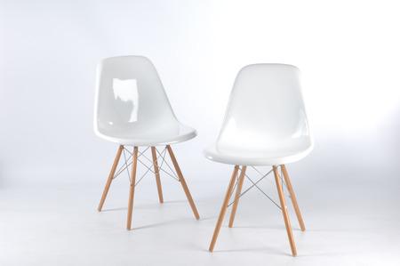 fibra de vidrio: dos modernas sillas blancas de fibra de vidrio