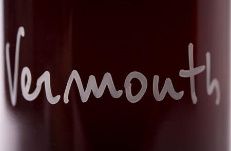 détail de vermouth maison. script de la typographie à la main