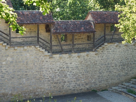gangway: A medieval wall with a roofed gangway