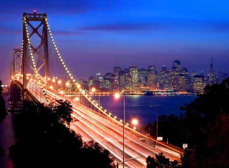 San Francisco および湾橋の夜