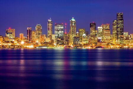 seattle:  Horizonte de Seattle en la noche Foto de archivo