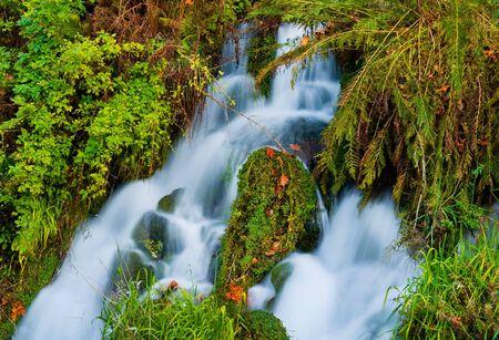 Chute d'eau dans les montagnes en automne