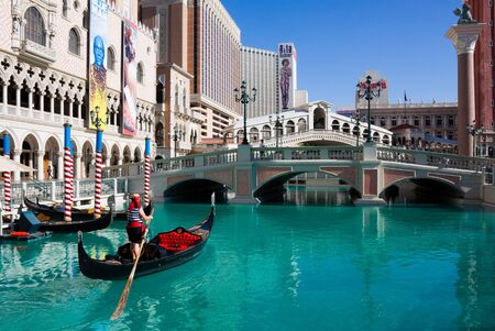 LAS VEGAS - JUNE 3: The Venetian Resort Hotel & Casino on June 3, 2010. The resort opened on May 3, 1999 with flutter of white doves, sounding trumpets, singing gondoliers and actress Sophia Loren.  Redactioneel