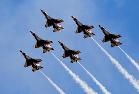 acrobacia: El humo de los aviones del ejército volando en el Airshow en Sacramento California