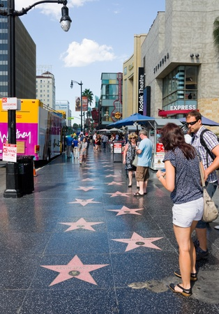 HOLLYWOOD - 4. September: Touristen zu Fuß auf dem Hollywood Walk of Fame am 4. September 2011 in Hollywood, Kalifornien. Es gibt über 2400 Prominenten Sterne auf dem Hollywood Blvd. Standard-Bild - 10853888