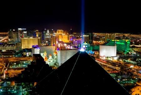 LAS VEGAS - 25. Dezember: Eine Luftaufnahme des Las Vegas Strip am 25. Dezember 2011. Dieser Streifen ist etwa 4,2 Meilen (6,8 km) lang und enthielt mit Weltklasse-Hotels und Casinos. Standard-Bild - 11748915
