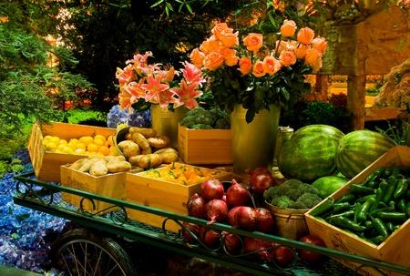테이블에 과일 및 채소 에디토리얼