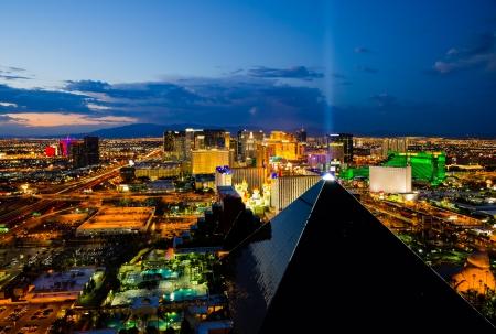 Las Vegas, USA - 13. August 2012: Eine Luftaufnahme des Las Vegas Strip. Der Streifen ist etwa 4,2 km (6,8 km) lang und featured mit Weltklasse-Hotels und Casinos. Standard-Bild - 14985989