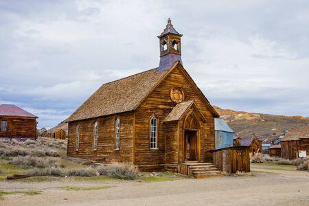 素朴な教会の建物の Bodie 町ゴーストタウン、カリフォルニア州で