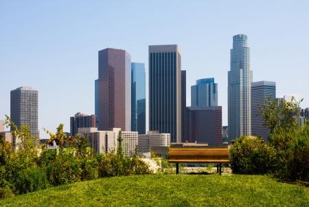 前景のベンチとロサンゼルスで高層ビル