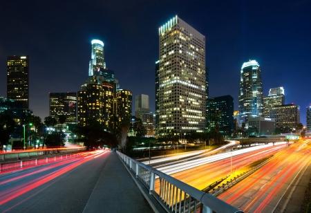 夜のロサンゼルス市内の交通 写真素材