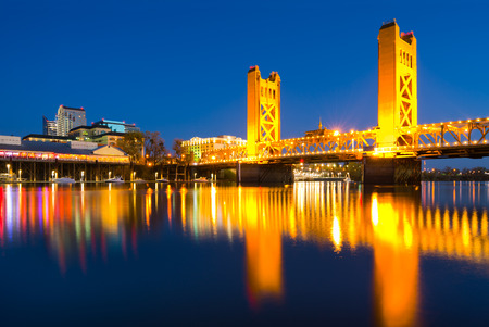 Tower Bridge at night in Sacramento California 免版税图像