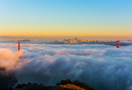 夕暮れ時カリフォルニア州 San Francisco で霧の日