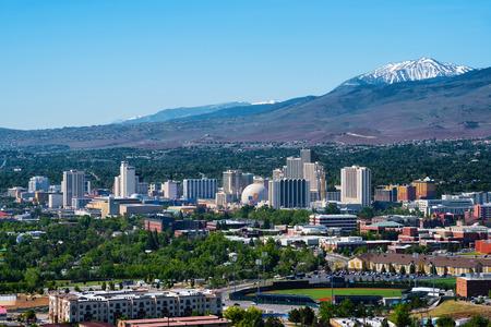 Reno, Verenigde Staten - 31 mei 2016: Reno, bekend als The Biggest Little City in de wereld, is beroemd om zijn casino's en is de geboorteplaats van het gamingbedrijf Harrah's Entertainment. Stockfoto