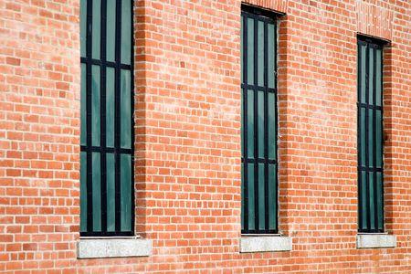 세 windows 오래 된 복원 된 붉은 벽돌 건물입니다.