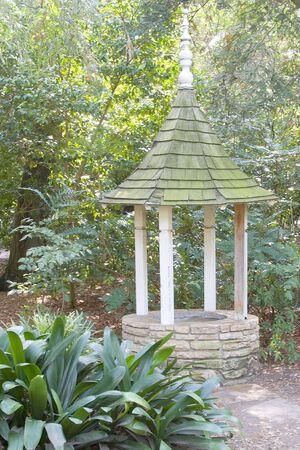 古い希望も、庭の日陰部分に隠れている修理が必要です。 写真素材