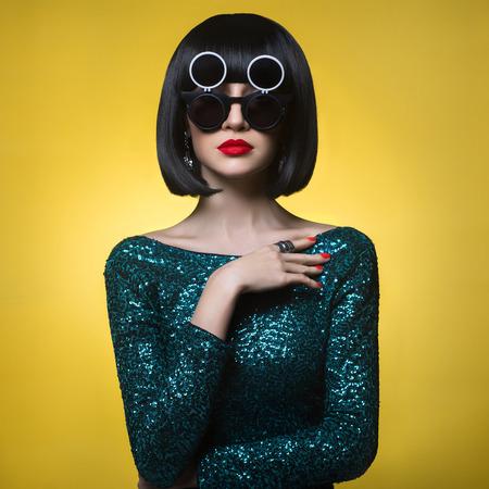 美しいスタイリッシュな女性のファッション写真をスタジオ