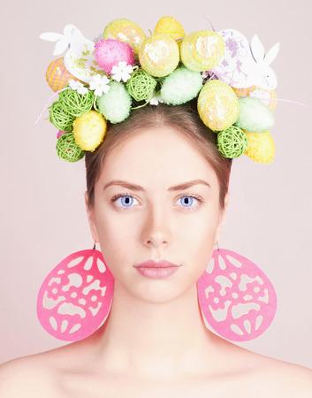 春の女性。色とりどりの花で美少女モデル。イースターの髪のスタイル。