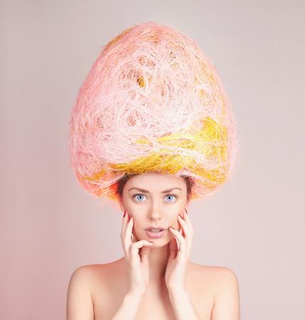 彼女の頭の上のイースターエッグで美しい少女