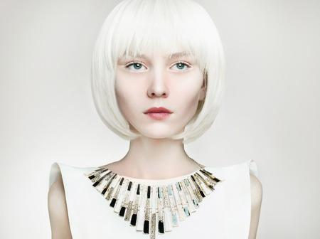 美しい金髪の若い女性。ボブ髪型 girl.future ファッション